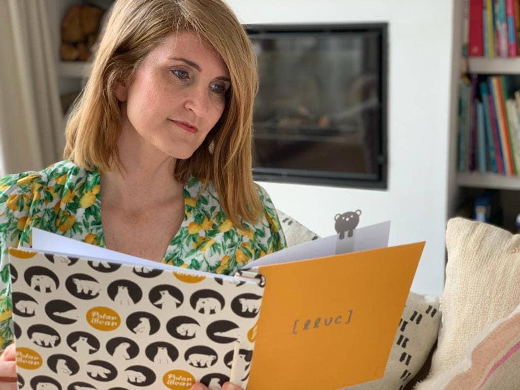 Foto de Núria Casals mirando un album
