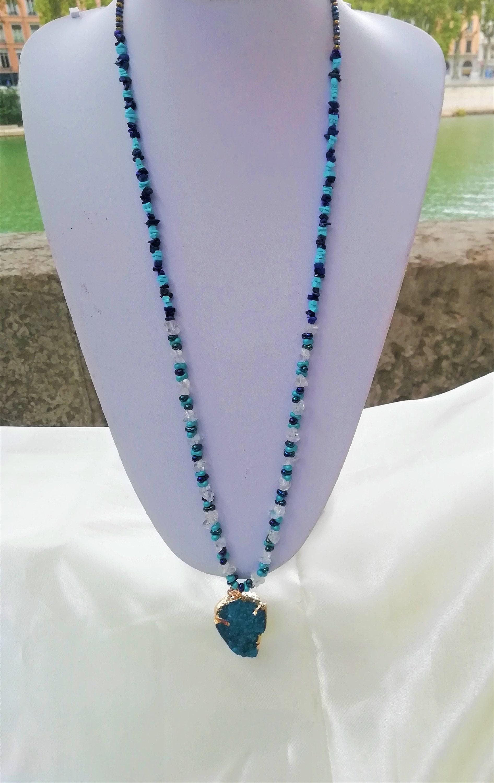 Sautoir très original composé de cristal de roche, de turquoise, de lapis lazuli et de perles de Bohème avec un joli pendentif en druze dagate bleu canard.