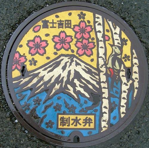 Plaque égout décorée mont Fuji fleurs cerisiers roses ciel jaune oiseau
