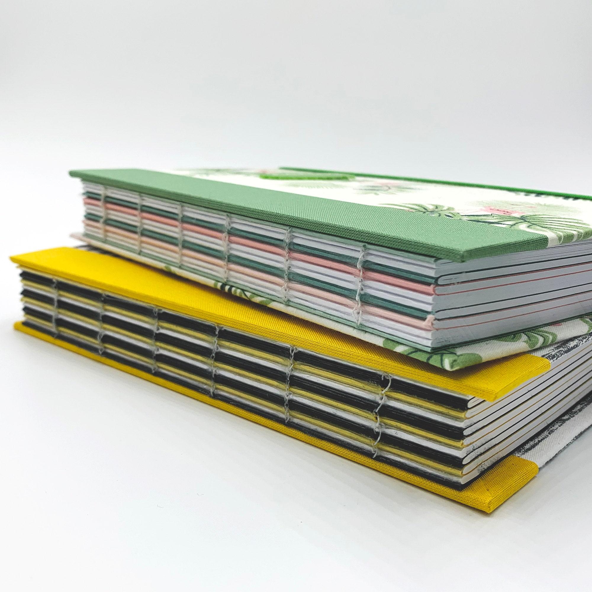 Imagen con varios cuadernos de b-paper, encuadernados con el lomo a la vista