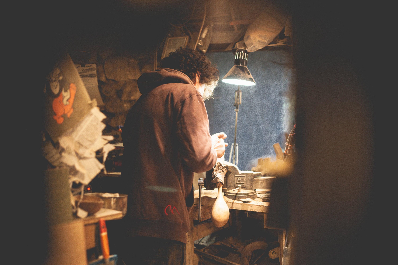 Atelier de coutelier dans le Vaucluse. Portrait de Lucas Poutout