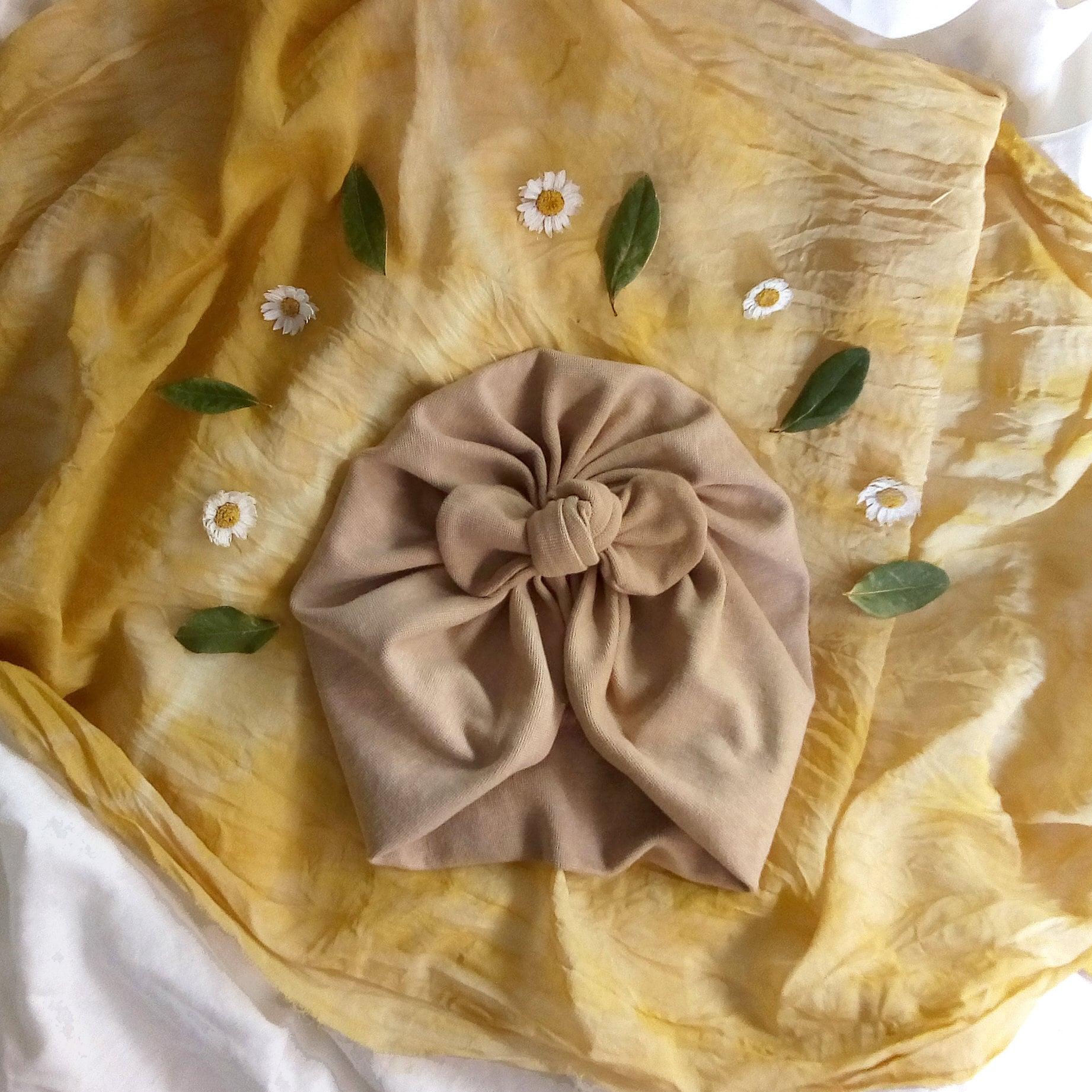 Turbante tintado con hojas de laurel.