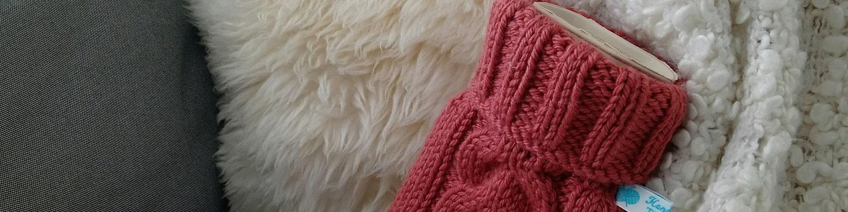 Hand Knitted Hot Water Bottle Covers von TheCraftyElks auf Etsy